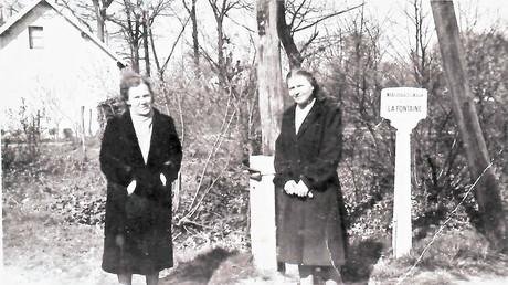 Les membres du détachement Rodina. A. Paramonova (à droite) et M. Kolesnikova (à gauche). France, 1945.