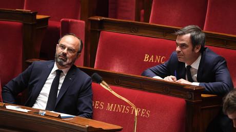Le Premier ministre Edouard Philippe et le ministre de la Santé et de la Solidarité Olivier Veran lors d'un débat sur le plan du gouvernement pour sortir du confinement,  à l'Assemblée nationale française à Paris le 28 avril 2020. (image d'illustration)