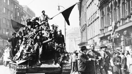 Les habitants de Prague accueillent  des soldats soviétiques après la libération de la ville de l'armée nazie