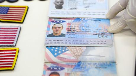Des documents d'identité montrés par le président vénézuélien Nicolas Maduro lors d'une réunion un jour après que le gouvernement a déclaré qu'il avait déjoué une tentative d'incursion par des «mercenaires terroristes», au palais Miraflores à Caracas, Venezuela le 4 mai, 2020.