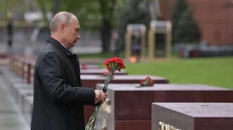 Le président russe Vladimir Poutine dépose une gerbe de fleurs devant la tombe du soldat inconnu à Moscou pour célébrer le 75e anniversaire de la victoire sur l'Allemagne nazie, le 9 mai.