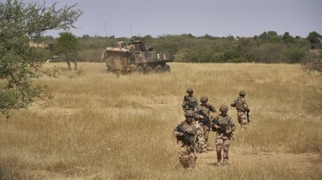 Des soldats français de la force Barkhane sécurisent une zone rurale au nord du Burkina-Faso, 12 novembre 2019 (image d'illustration).