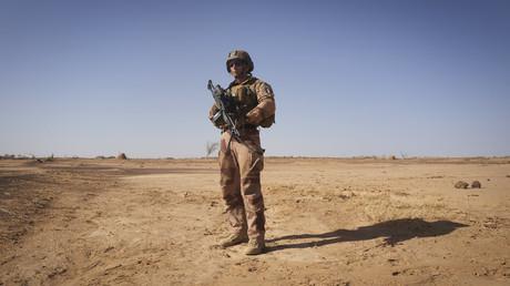 Un caporal français déployé au sein de l'opération prend la pose, à Soum (Nord du Burkina Faso), le 12 novembre 2019 (image d'illustration).