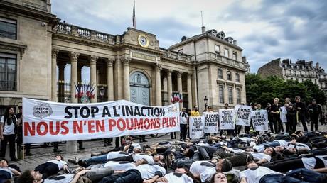 Des militants de l'association ANV-COP 21 pour le climat le 4 juin 2019 devant l'Assemblée nationale française à Paris (illustration).