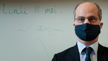 Jean-Michel Blanquer en visite dans une école le 11 mai 2020 pour la réouverture des classes, à Paris (image d'illustration).