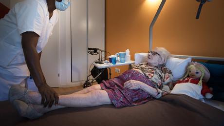 Henriette, 103 ans, pensionnaire de l'établissement Camille-Saint-Saëns à Aulnay-sous-Bois (Seine-Saint-Denis), le 6 mai 2020 (image d'illustration).