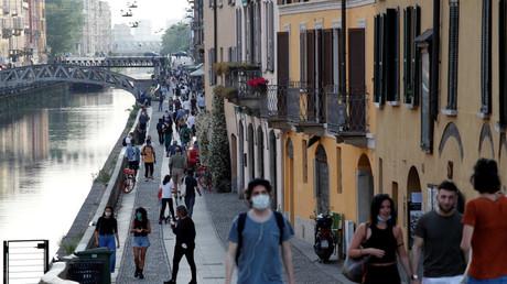 Foule dans le quartier touristique de Navigli, à Milan, le 18 mai 2020.