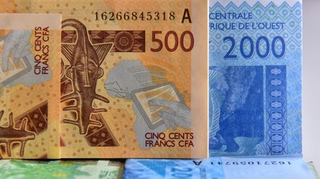 Une photo d'archive prise le 12 septembre 2017 montre des billets en francs CFA, à Abidjan (Côte d'Ivoire).