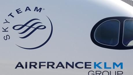 Le logo du groupe franco-néerlandais Air France-KLM sur le fuselage d'un Airbus A 350 photographié à l'aérodrome de Colomiers, près de Toulouse, en septembre 2019 (illustration).