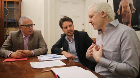 Le fondateur de WikiLeaks Julian Assange rencontrant le ministre équatorien des Affaires étrangères Guillaume Long (centre) et l'avocat espagnol et ancien juge Baltasar Garzon (gauche) à l'ambassade de l'Equateur à Londres le 19 juin 2016. (image d'illustration)