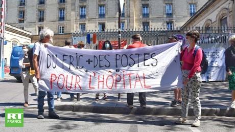 Rassemblement devant l'hôpital Tenon à Paris (XXe), le 20 mai.