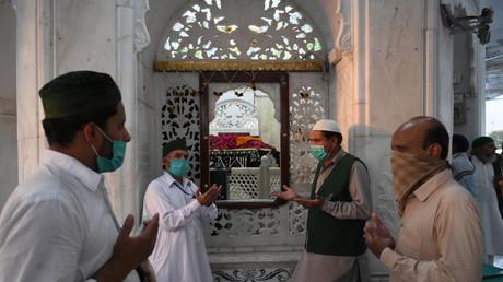 Des musulmans portant des masques faciaux prient au sanctuaire Data Darbar de Saint Syed Ali bin Osman Al-Hajvery, populairement connu sous le nom de Data Ganj Bakhsh, à Lahore le 21 mai 2020. (image d'illustration)