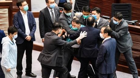 Des députés pro et anti-Pékin s'opposent dans l'enceinte du Conseil législatif, le 22 mai 2020, à Hong Kong (image d'illustration).