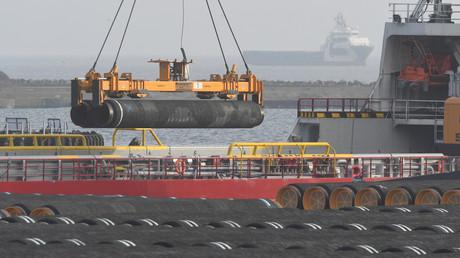 Des tubes pour la construction du gazoduc Nord Stream 2 sont chargés sur un navire sur l'île de Ruegen en Mer Baltique au nord-est de l'Allemagne, le 12 décembre 2019 (illustration).