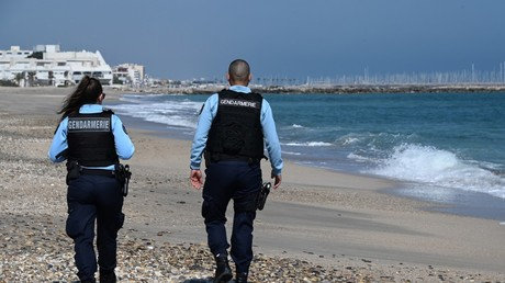 Patrouille de gendarmes sur une plage fin avril dans le cadre du confinement.
