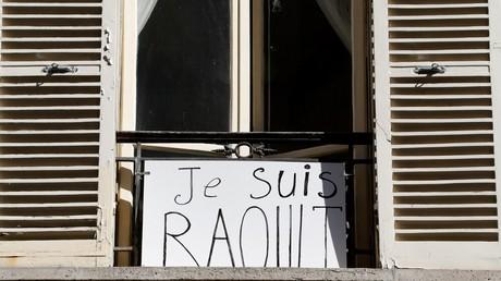 Pancarte honorant Didier Raoult à une fenêtre à Paris en avril.