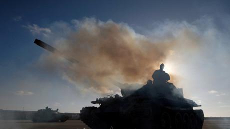 Des membres de l'Armée nationale libyenne (ANL), dirigée par le maréchal Khalifa Haftar, quittent Benghazi pour soutenir une offensive menée sur Tripoli, le 13 avril 2019 (image d'illustration).