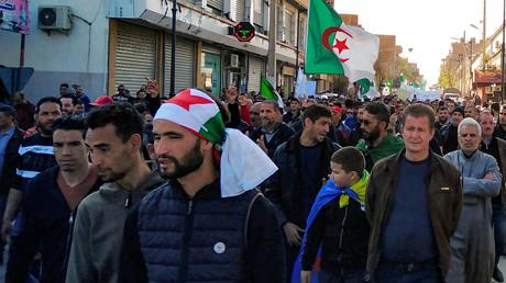 Des Algériens défilent lors d'une manifestation antigouvernementale dans la ville algérienne de Bordj Bou Arreridj, à environ 240 kilomètres à l'est d'Alger, la capitale, le 14 février 2020 (image d'illustration).