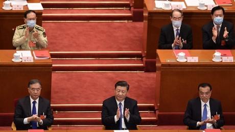 Le président chinois Xi Jinping, le Premier ministre Li Keqiang et le président de la Conférence consultative politique du peuple chinois (CCPPC) Wang Yang lors de la séance de clôture de l'Assemblée populaire nationale à la Grande salle du peuple à Pékin le 28 mai 2020.