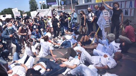 Manifestation devant l'hôpital Robert-Debré le 28 mai 2020.