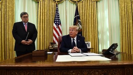 Donald Trump s'apprêtant à signer un décret portant sur la latitude offerte aux réseaux sociaux, le 28 mai 2020, depuis la Maison-Blanche, à Washington.
