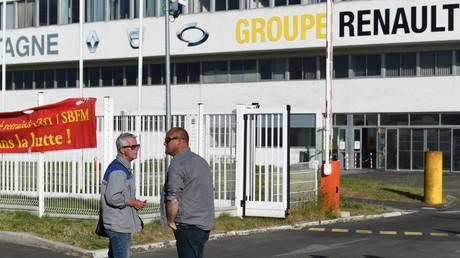 Manifestants contre le plan de licenciements de Renault, à Caudan, dans l'Ouest de la France, le 28 mai 2020.