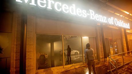 A Oakland en Californie, un concessionnaire Mercedes a été vandalisé dans la nuit du 29 au 30 mai.