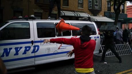 Des individus s'en prennent à une voiture de police en marge d'une manifestation pour réclamer la justice pour George Floyd, le 30 mai à Brooklyn (image d'illustration).
