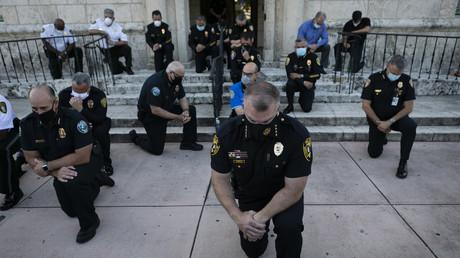 Des policiers se sont agenouillés lors d'un rassemblement à Coral Gables, en Floride, le 30 mai 2020, en réponse au décès de George Floyd (image d'illustration).