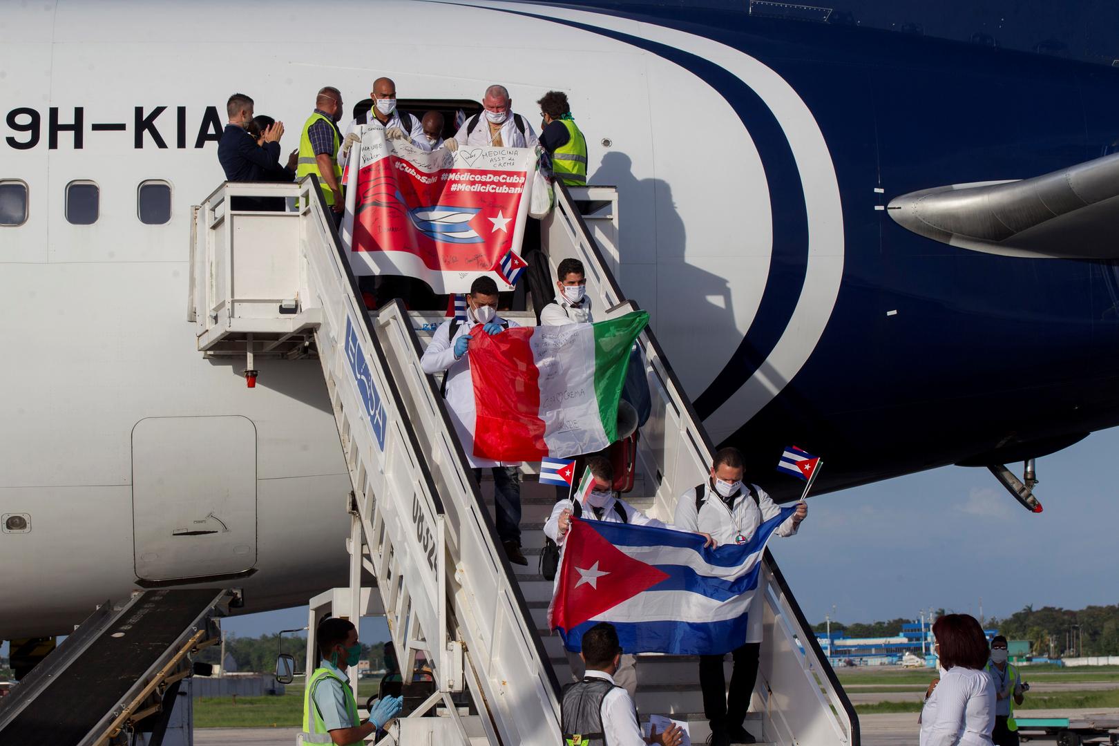 Covid-19 : les médecins cubains accueillis en héros à La Havane après leur mission en Italie