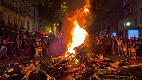 Avenue de Clichy le 2 juin 2020 à Paris, des manifestants devant un incendie de poubelles, de cycles et de trottinettes au nom d'Adama Traoré (mort en 2016 dans le Val d'Oise après son interpellation par des gendarmes) et de George Floyd (mort lors de son interpellation aux Etats-Unis le 23 mai).