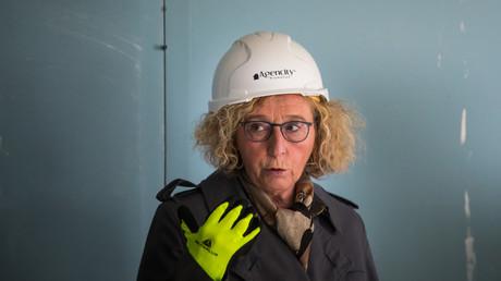 La ministre du Travail (photographiée lors d'une visite sur un chantier près de Paris le 11 mai dernier), Muriel Pénicaud a lancé l'idée de recourir au «accords de performance collective» pour éviter les licenciements économiques (illustration).