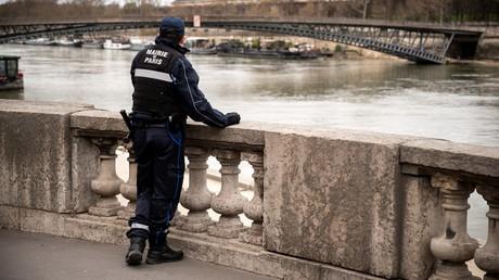 Un agent de la ville de Paris observe les quais de Seine pendant la période de confinement le 20 mars 2020 (image d'illustration).