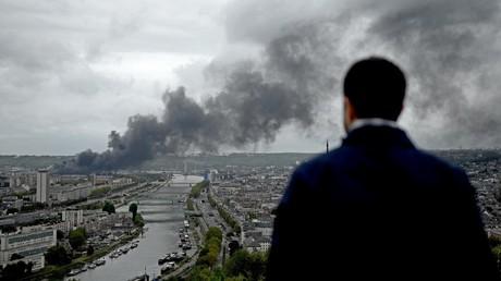 Un homme observe l'incendie de l'usine Lubrizol de Rouen, le 26 septembre 2019, en Normandie (image illustration).