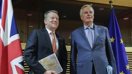 David Frost (g.) et Michel Barnier, respectivement négociateurs pour le Royaume-Uni et l'Union européenne, de l'accord sur la relation future entre les deux ensembles lors du premier
