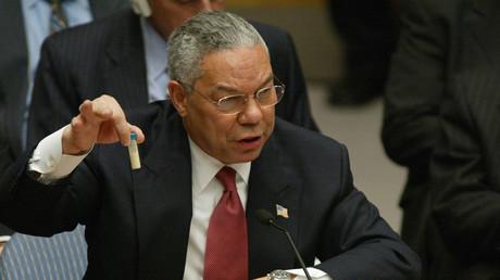 Le secrétaire d'Etat américain Colin Powell brandit une fiole qui, selon lui, contenait de l'anthrax, alors qu'il s'adresse au Conseil de sécurité des Nations Unies le 5 février 2003 aux Nations Unies à New York (image d'illustration).