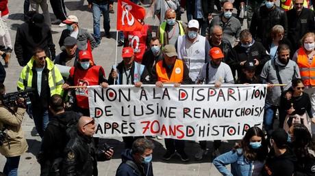 Des salariés de l'usine Renault de Choisy-Le-Roi manifestent, le 6 juin 2020 à Choisy-Le-Roi, pour protester contre le projet du constructeur automobile français de supprimer près de 15 000 emplois d'ici 2022, dont 4 600 au cœur de ses activités françaises (illustration).