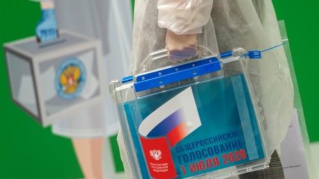 L'urne transportable pour le référendum national sur la réforme constitutionnelle