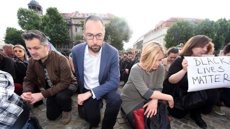 Des gens s'agenouillent contre le racisme (ici en Croatie le 9 juin).