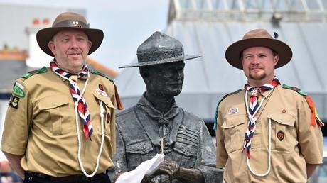 Rover Scouts Chris Arthur et Matthew Trott, posent avec une statue de Robert Baden-Powell, le fondateur du mouvement scout, sur le quai de Bournemouth, dans le sud de l'Angleterre, le 11 juin 2020.