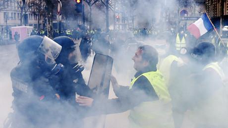 Des Gilets jaunes face aux forces de l'ordre à Paris, le 1er décembre 2018 (image d'illustration).