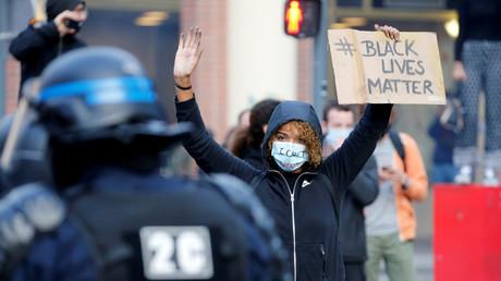 Une manifestante lors du rassemblement parisien en hommage à Adama Traoré, le 4 juin.