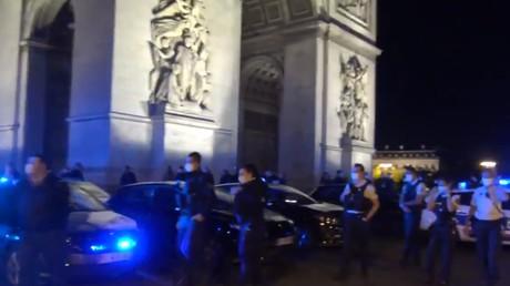 Des policiers manifestent devant l'Arc de Triomphe dans la nuit du 13 au 14juin 2020.