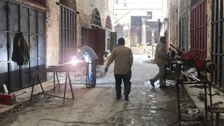 Des habitants d'Al-Hamdaniya, dans la banlieue d'Alep, travaillent à la reconstruction de bâtiments endommagés, en avril 2020 (image d'illustration)