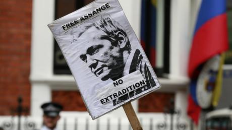 Une pancarte tenue par un partisan de Julian Assange devant l'ambassade de l'Equateur à Londres, le 16 août 2012.