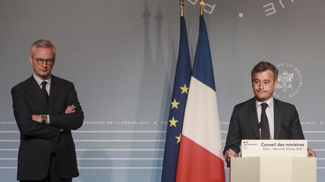 Le ministre de l'Economie et des Finances, Bruno Le Maire (g.) et le ministre de l'Action et des Comptes publics, Gerald Darmanin (d.) donnent à une conférence de presse après la réunion hebdomadaire du Conseil des ministres le 10 juin 2020 à Paris (illustration).