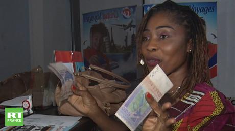 La crise sanitaire impacte les transferts d'argent de l'Europe vers l'Afrique. Ici, Edwige Bony, coiffeuse à Abidjan.