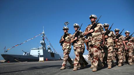 Des membres des forces armées françaises défilent à côté de la frégate Courbet lors d'une cérémonie dans la base navale française d'Abou Dhabi, en novembre 2019 (image d'illustration).