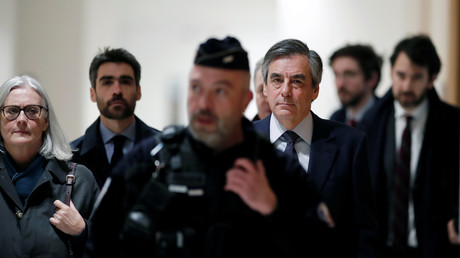L'ancien Premier ministre français François Fillon et son épouse Pénélope arrivent pour assister à leur procès pour un scandale d'emploi fictif, au palais de justice de Paris, France, le 10 mars 2020.