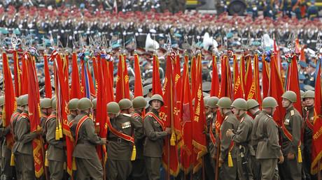 Les militaires russes en uniforme historique répètent pour le défilé de la Victoire, Moscou, 6 mai 2010